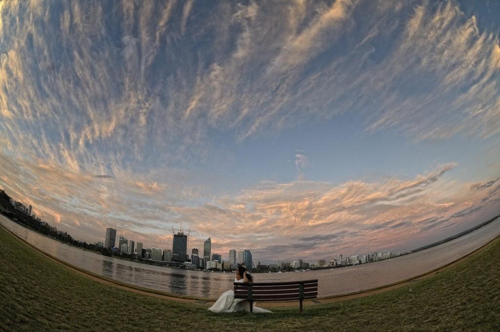 Ritratto Creativo. Lo Skyline di Perth e l'uso estremo del fisheye ha creato un taglio inconsueto allo scatto. Uno Studium accurato