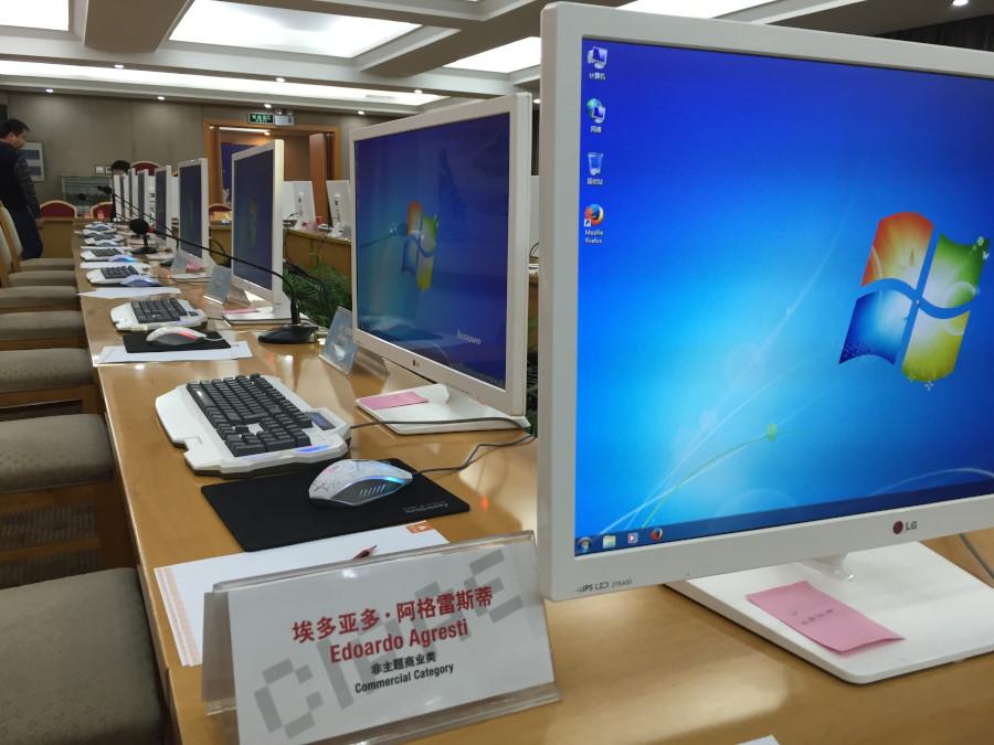 La sala dove si sono svolte le votazioni. Le postazioni sono dotate di monitor uguali e calibrati