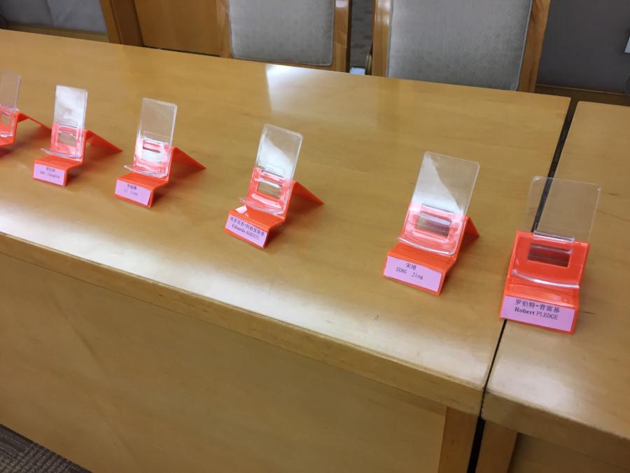 I cellulari, nella stanza delle votazioni, venivano 'requisiti' per evitare qualsiasi contatto con l'esterno