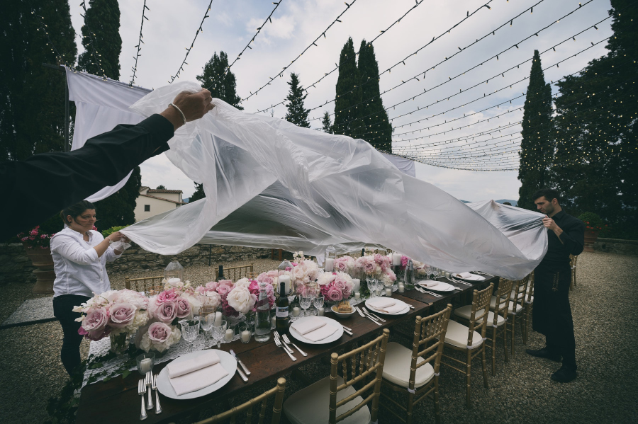Wedding outdoor ceremony, Castello di Vicchiomaggio, Firenze, Fotografo di Matrimonio, rain cover