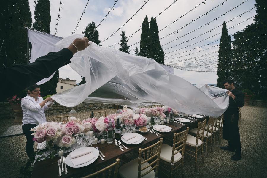 Wedding outdoor ceremony, Castello di Vicchiomaggio, Firenze, Fotografo di Matrimonio, rain cover