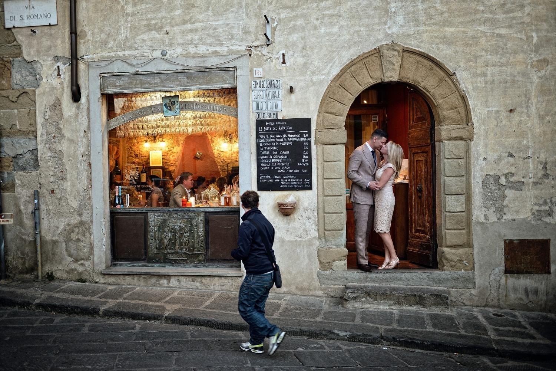 Davanti all'ingresso della Sosta del Rossellino - In front of the restaurant