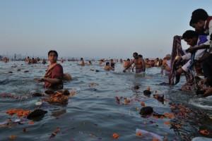 L'alba del bagno reale nel sangam, dove lo Yamuna si congiunge al Gange